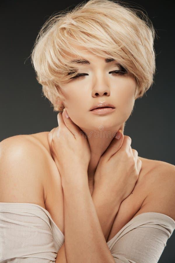 Ritratto della donna con capelli biondi fotografie stock