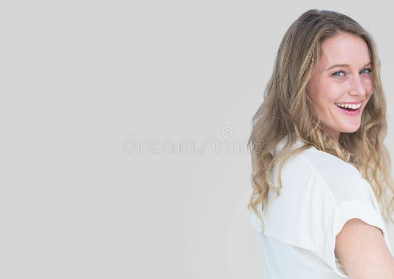 Ritratto della donna con fondo grigio fotografia stock libera da diritti