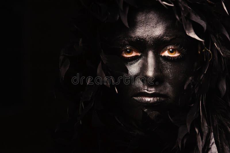 Ritratto della donna con i capelli della piuma fotografia stock