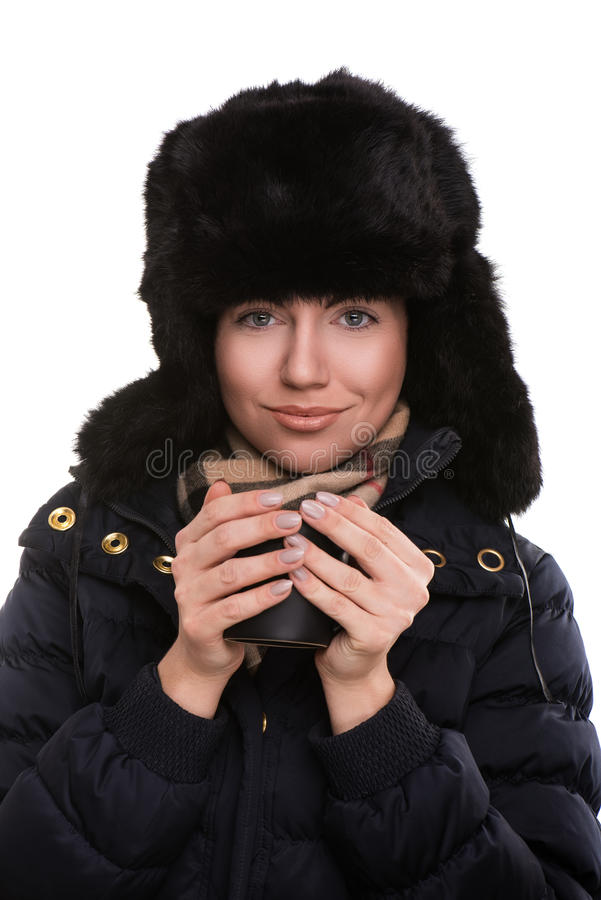 Ritratto della donna con i vestiti di inverno e del tè in mani immagine stock libera da diritti