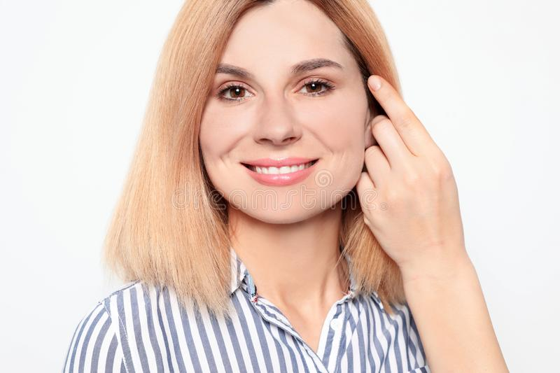 Ritratto della donna con il bello fronte su bianco immagine stock