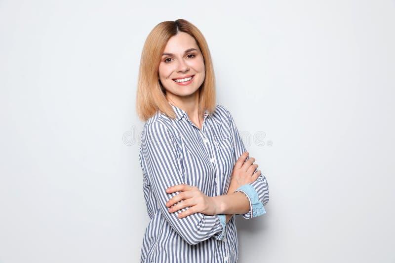 Ritratto della donna con il fondo bianco del bello fronte fotografia stock