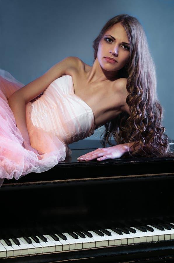 Ritratto della donna con il pianoforte a coda immagini stock libere da diritti
