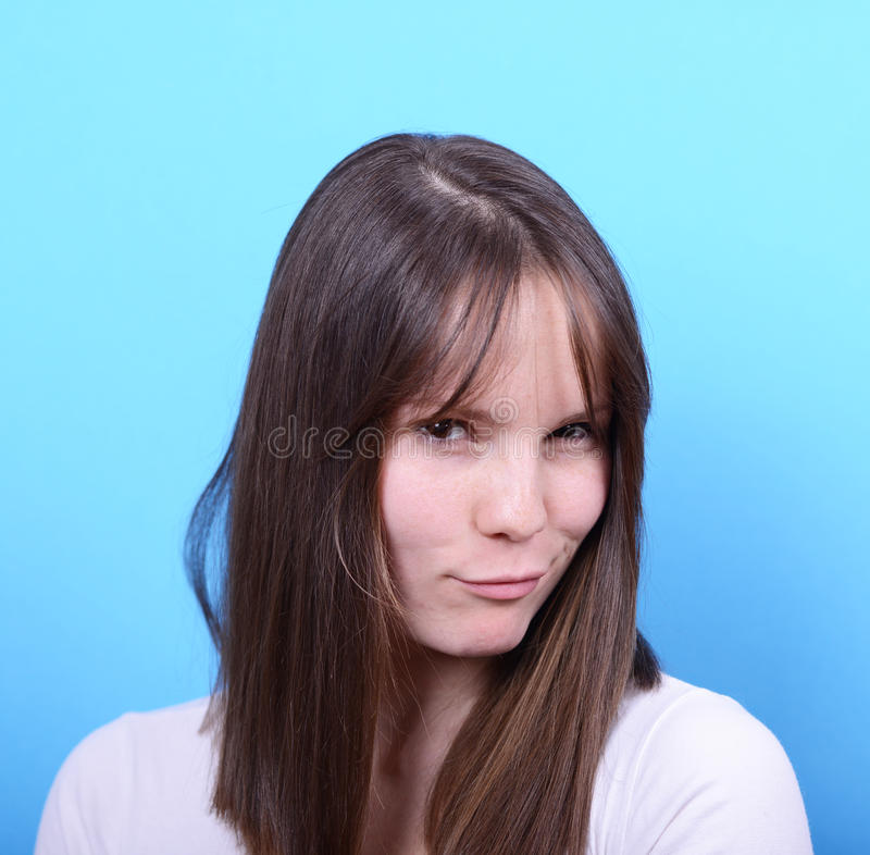 Ritratto della donna con lo sguardo sexy contro fondo blu fotografie stock