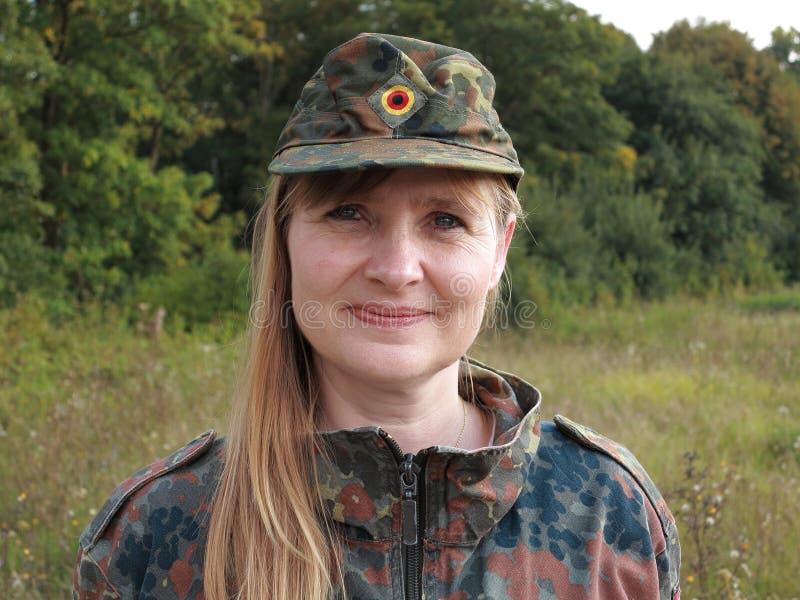 Ritratto della donna dell'esercito all'aperto immagini stock libere da diritti
