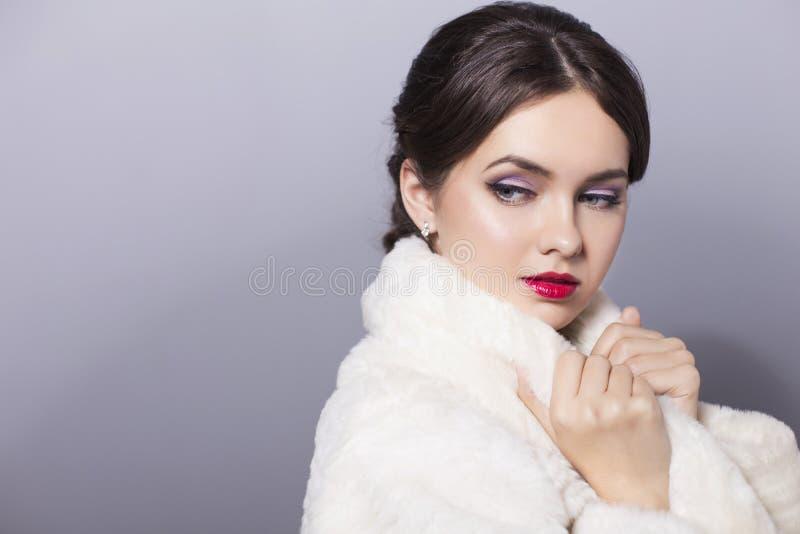 Ritratto della donna della sposa di nozze di bellezza in pelliccia bianca con fresco fotografia stock libera da diritti