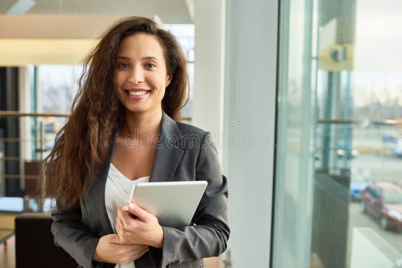 Ritratto della donna di affari abbastanza razza mista fotografia stock libera da diritti