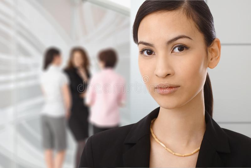 Ritratto della donna di affari asiatica all'ufficio fotografia stock