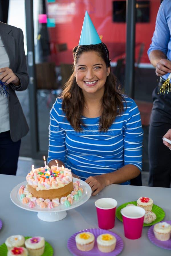 Ritratto della donna di affari che celebra il suo compleanno fotografia stock