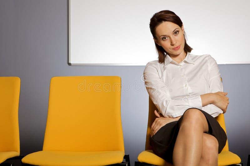 Ritratto della donna di affari che si siede nella sala di attesa fotografie stock