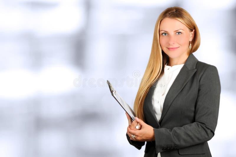 Ritratto della donna di affari che sta nell'ufficio immagini stock libere da diritti