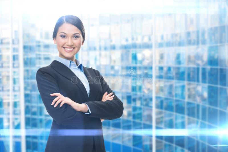 Ritratto della donna di affari con le mani attraversate fotografia stock