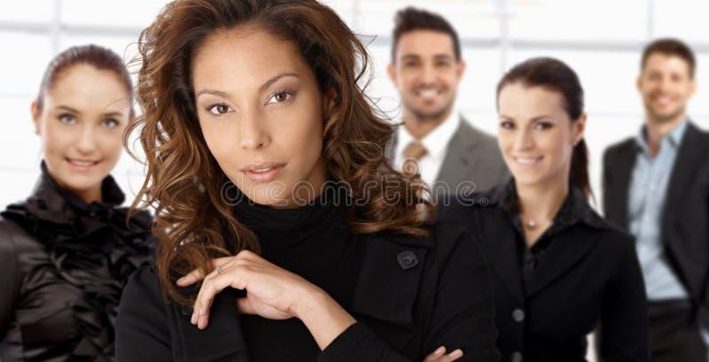 Ritratto della donna di affari e dei colleghi eleganti immagini stock libere da diritti