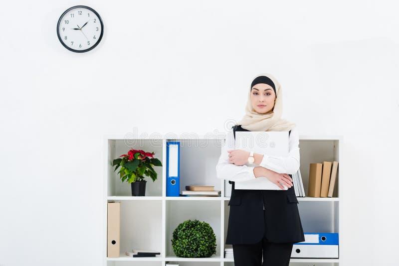 ritratto della donna di affari nel hijab con la cartella in mani fotografia stock