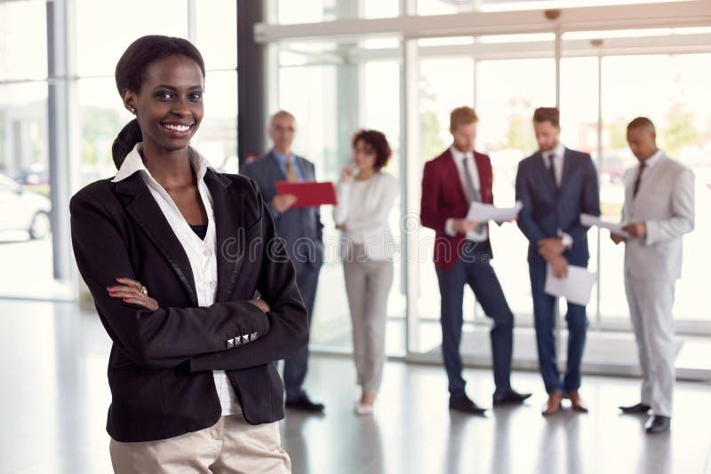 Ritratto della donna di affari nera sul lavoro fotografia stock