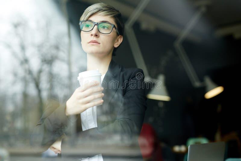 Ritratto della donna di affari pensierosa fotografia stock libera da diritti