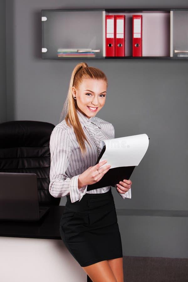 Ritratto della donna di affari sorridente in ufficio fotografia stock