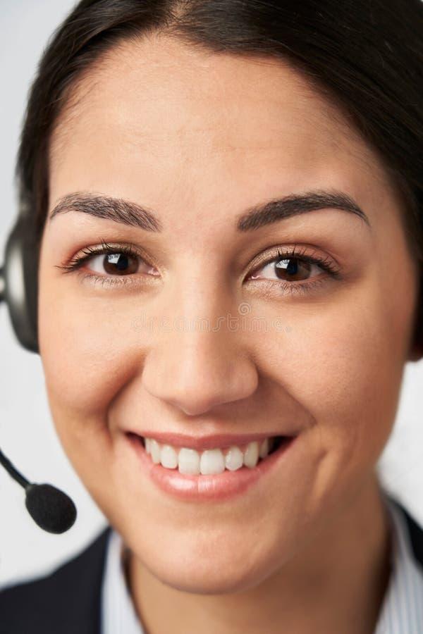 Ritratto della donna di affari sorridente Wearing Telephone Headset nel servizio di servizi di assistenza al cliente fotografie stock