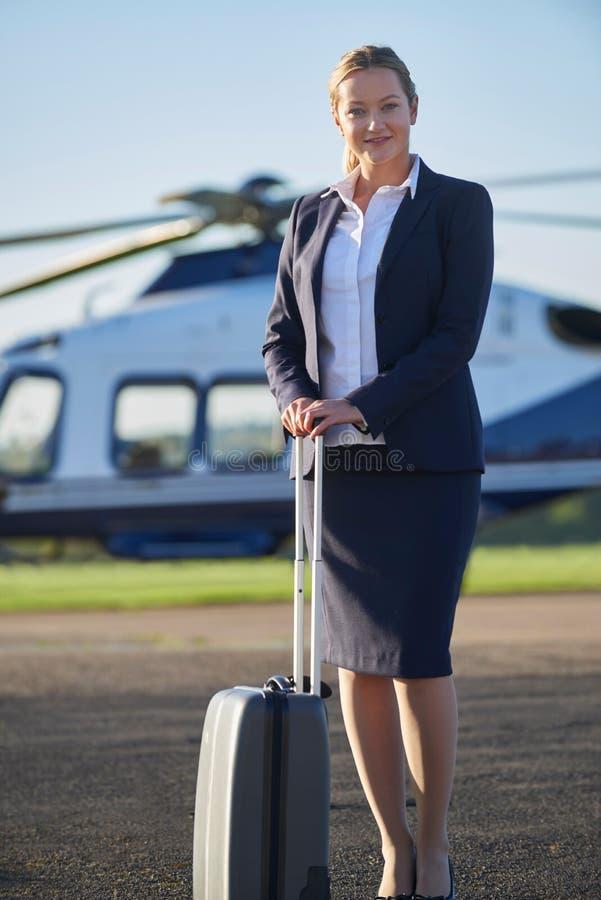 Ritratto della donna di affari Standing In Front Of Helicopter fotografia stock libera da diritti