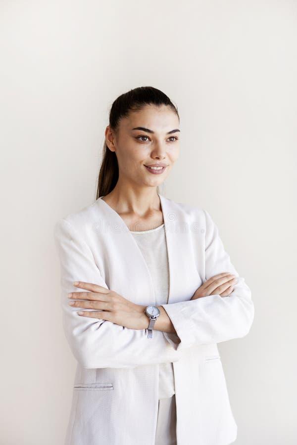 Ritratto della donna di affari su fondo grigio immagini stock libere da diritti
