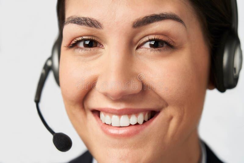 Ritratto della donna di affari Wearing Telephone Headset nel servizio di servizi di assistenza al cliente immagini stock