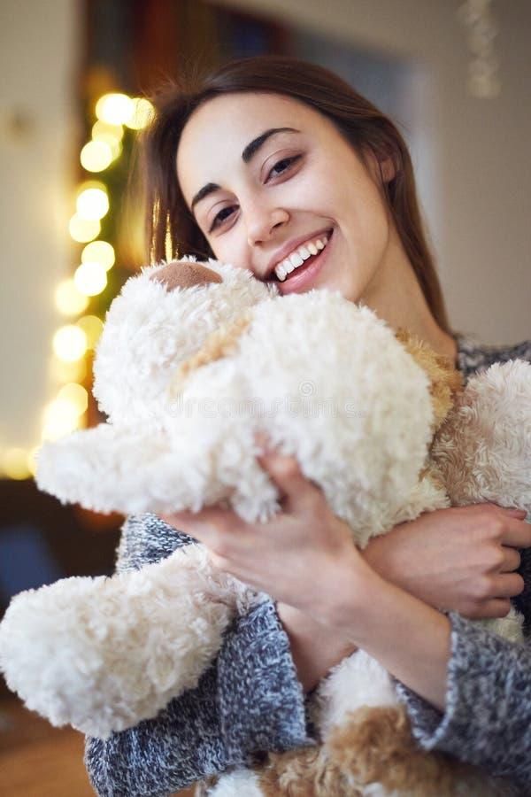 Ritratto della donna di bellezza con il giocattolo del cucciolo fotografie stock