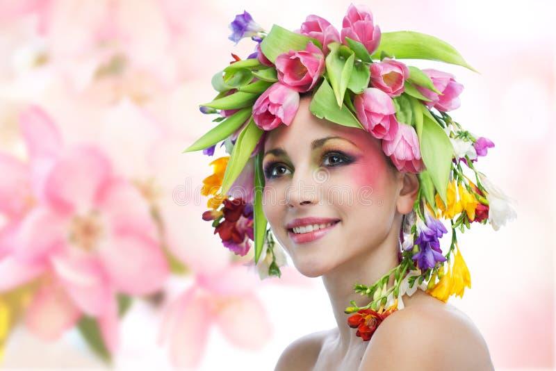 Ritratto della donna di bellezza con la corona dai fiori fotografia stock