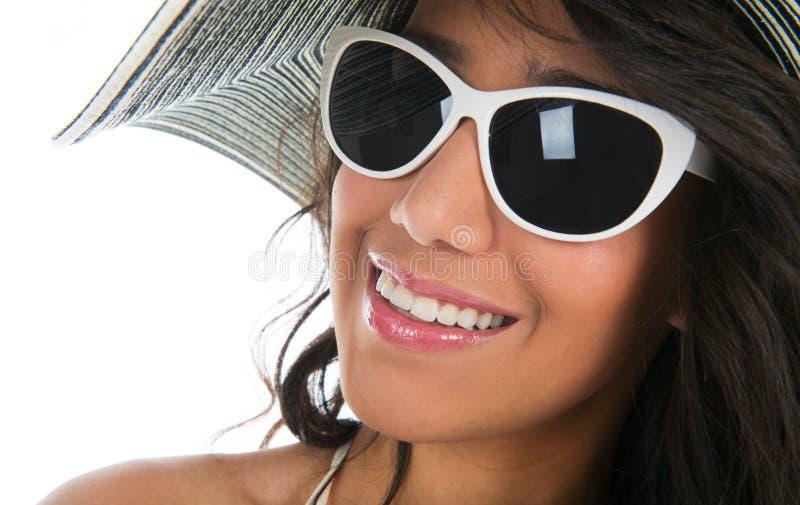 Ritratto della donna di colore in bikini bianco con il cappello di paglia fotografie stock libere da diritti