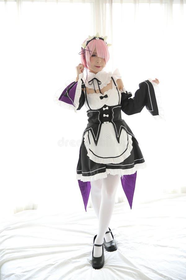 Ritratto della donna di cosplay di anime del Giappone, domestica giapponese bianca nella stanza bianca di tono fotografia stock