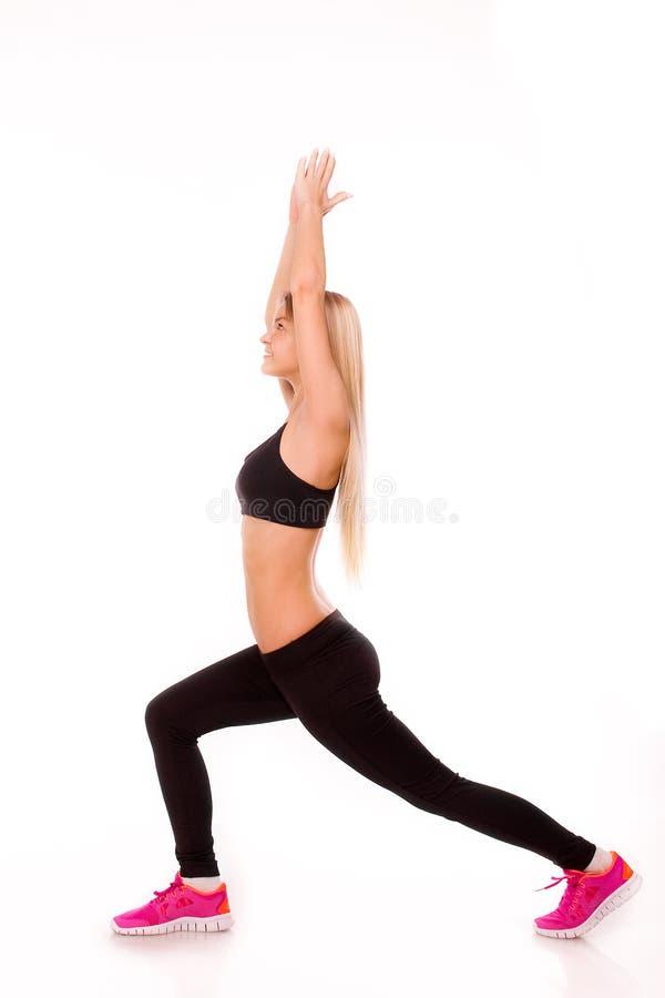 Ritratto della donna di forma fisica isolato su priorità bassa bianca Hap sorridente immagini stock libere da diritti