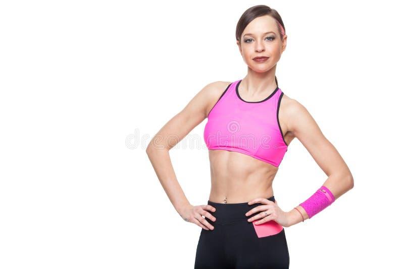 Ritratto della donna di forma fisica isolato su priorità bassa bianca Macchina fotografica di sguardo di modello sorridente di fo fotografie stock