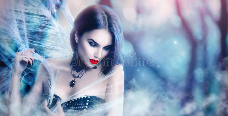 Ritratto della donna di Halloween di fantasia Posa sexy del vampiro di bellezza fotografia stock