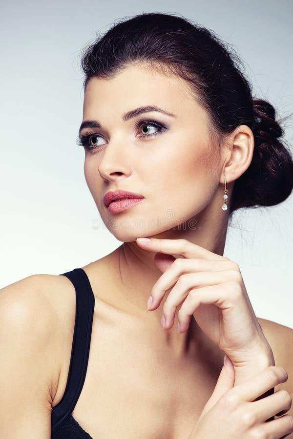 Ritratto della donna in gioielli esclusivi su sfondo naturale immagini stock libere da diritti