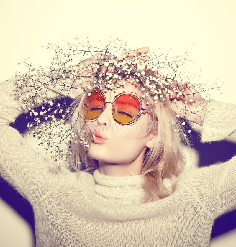Ritratto della donna di modo Capelli del HIPPI degli occhiali da sole fotografia stock libera da diritti