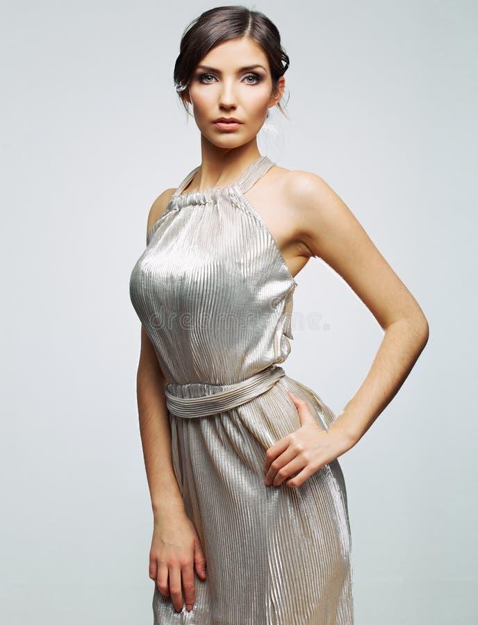 Ritratto della donna di modo contro gray Giovane modello femminile immagine stock