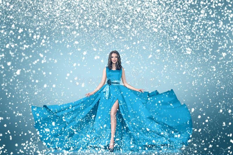 Ritratto della donna di modo di inverno della neve fotografie stock