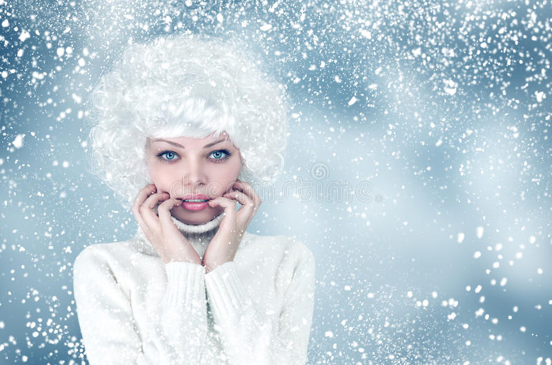 Ritratto della donna di modo di inverno della neve immagine stock