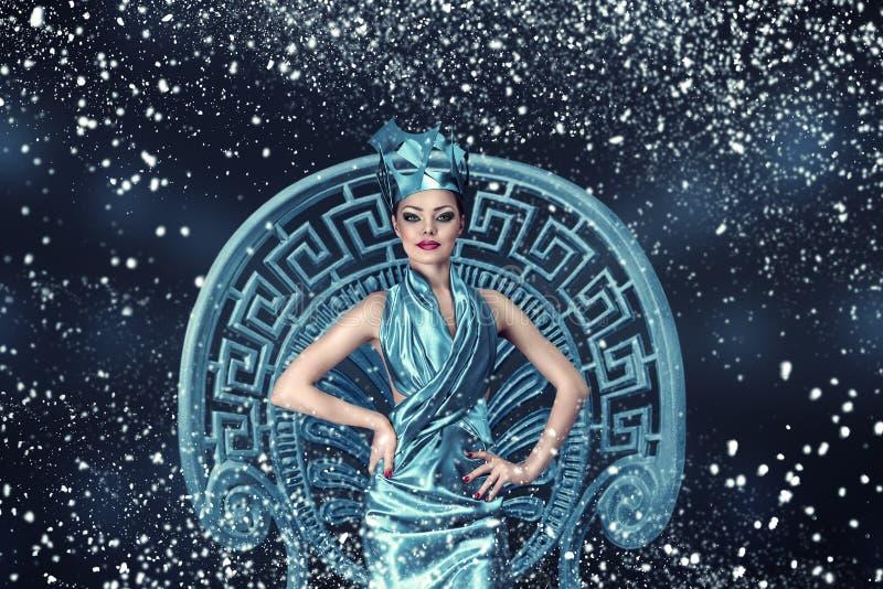 Ritratto della donna di modo di inverno della neve immagini stock libere da diritti