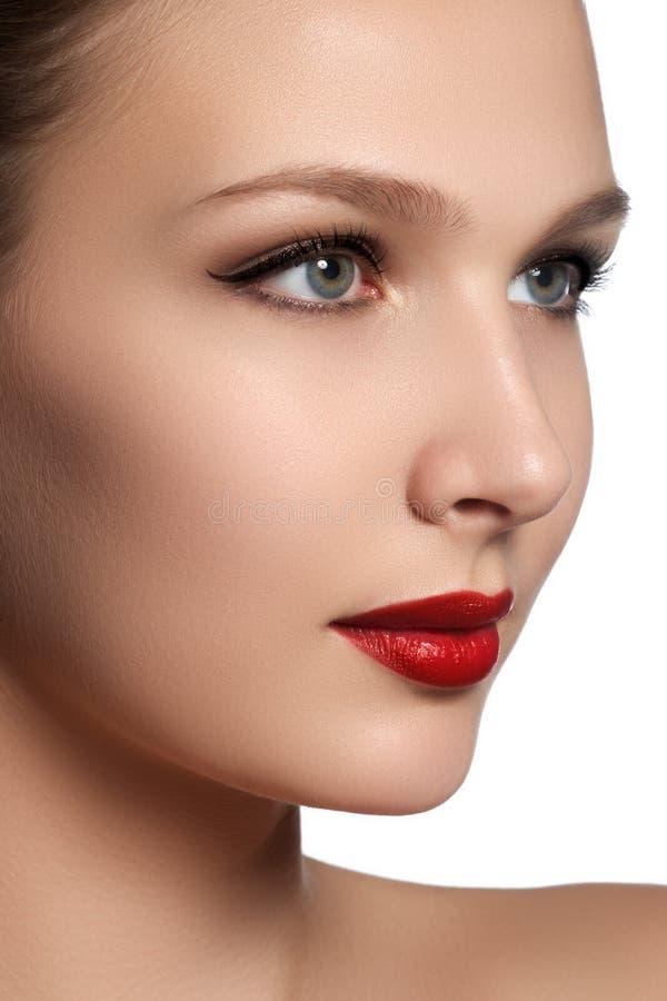 Ritratto della donna elegante con gli orli rossi Bello giovane modello w fotografia stock libera da diritti