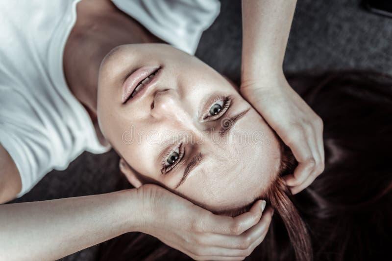 Ritratto della donna emozionale che testa commovente immagini stock