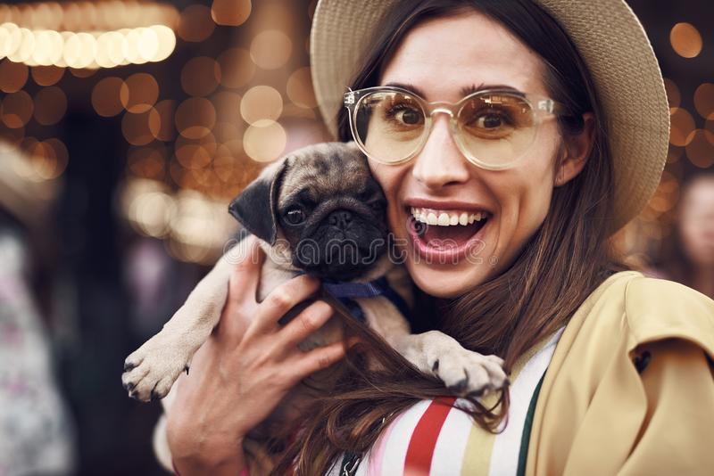 Ritratto della donna emozionante che tiene piccolo cucciolo sveglio immagini stock