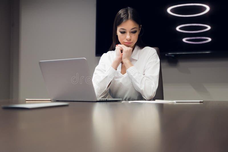 Ritratto della donna esaurita e stanca di affari nell'ufficio Depressione, tristezza, problemi, concetto di difficoltà fotografia stock libera da diritti