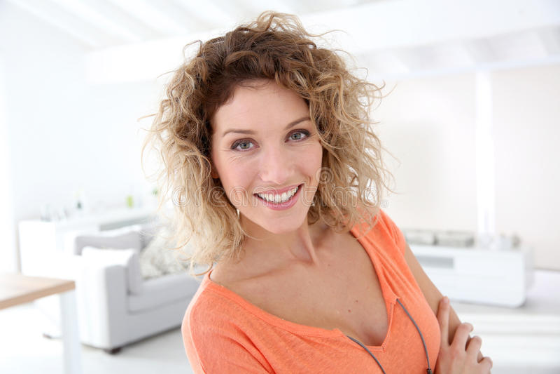 Ritratto della donna felice fotografia stock libera da diritti
