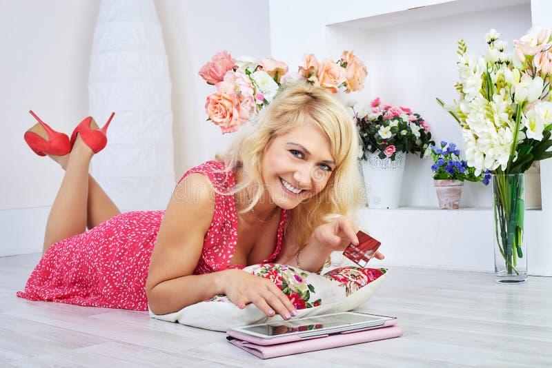 Ritratto della donna felice che fa compera online immagine stock libera da diritti