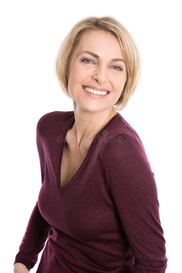Ritratto della donna invecchiata felice sopra fondo bianco fotografie stock libere da diritti