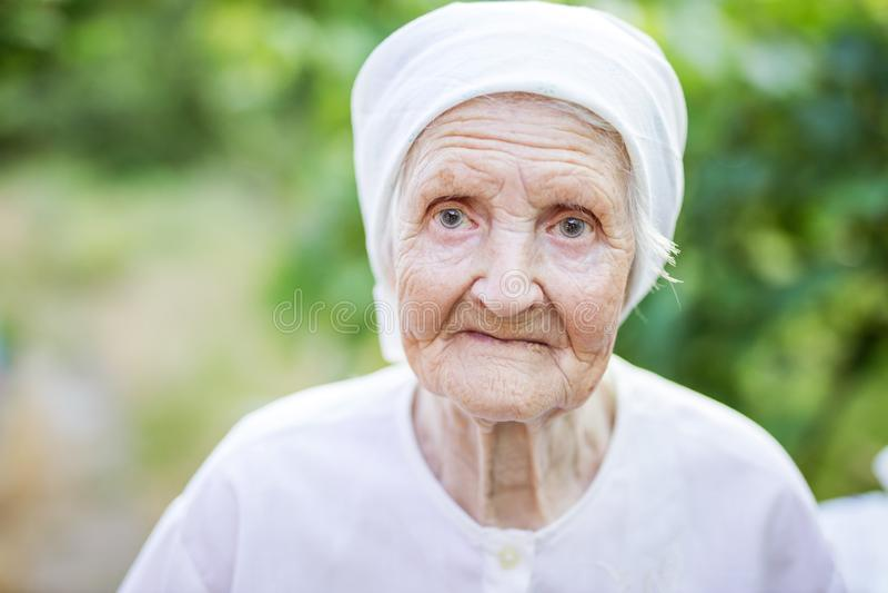 Ritratto della donna maggiore all'aperto fotografia stock