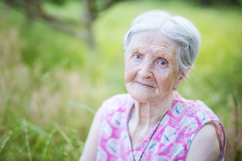 Ritratto della donna maggiore all'aperto immagini stock