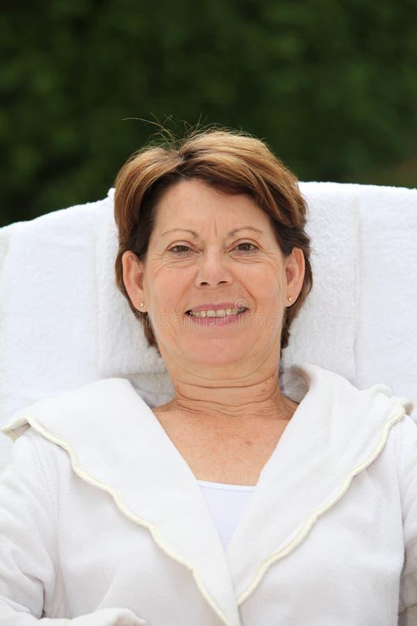 Ritratto della donna maggiore relaxed fotografie stock