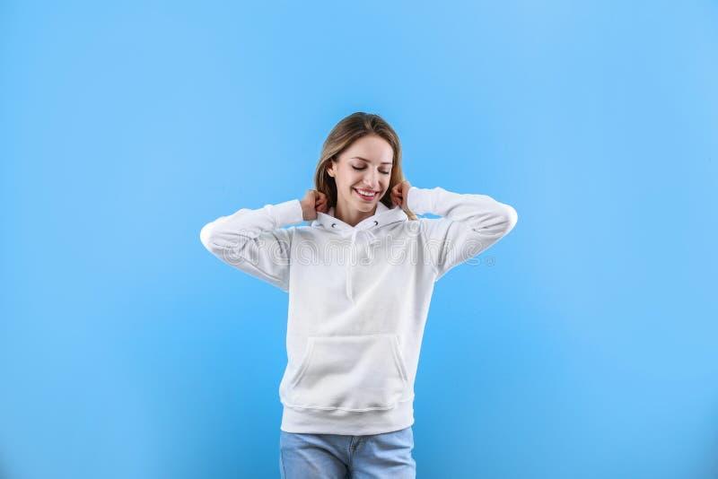 Ritratto della donna in maglione di maglia con cappuccio sul fondo di colore fotografia stock libera da diritti