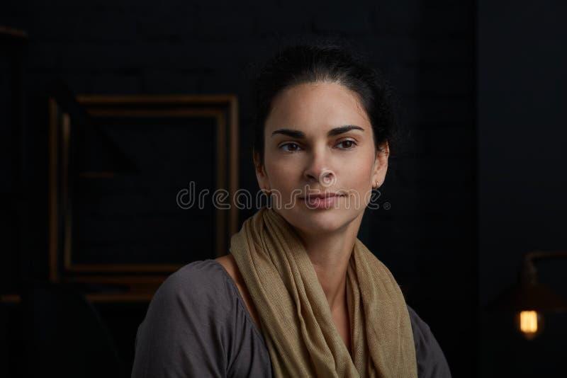 Ritratto della donna - metà di donna adulta fotografia stock libera da diritti